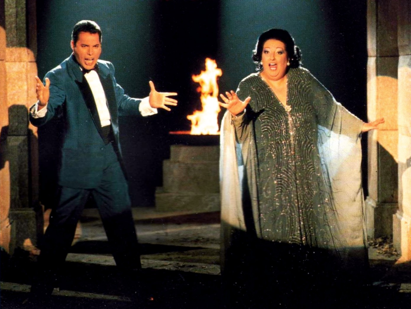 Фредди Меркьюри и Монсеррат Кабалье исполняют песню «Барселона»