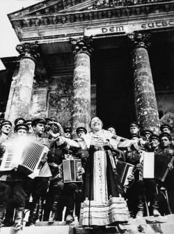 Лидия Русланова. Выступление у стен Рейхстага (фото 1945 года)