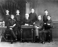 Николай Зверев и студенты: слева направо - Самуэльсон, Скрябин, Максимов, Рахманинов, Черняев, Кенеман и Прессман (фото)